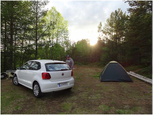Krzysiu Jarząbkowski już po uporaniu się z namiotem i komarami